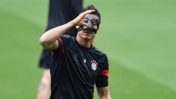 lewandowski-with-mask